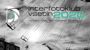 VÝSTAVU MEZINÁRODNÍHO FOTOGRAFICKÉHO BIENÁLE INTERFOTOKLUB VSETÍN 2020 POŘADATELÉ PŘESUNULI NA LÉTO
